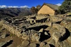 Castro Celta de El Raso, vivienda restaurada al fondo