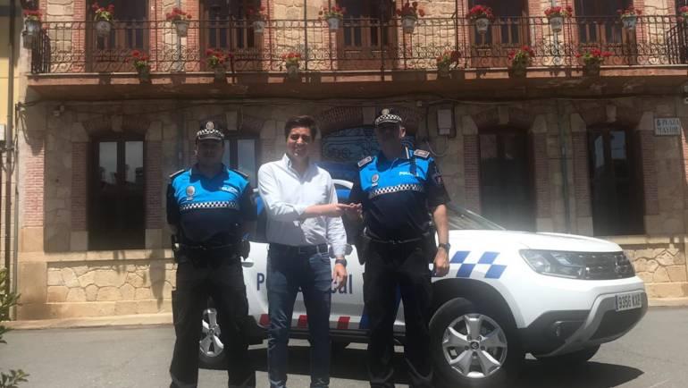 El Ayuntamiento de Candeleda hace entrega de las llaves del nuevo coche de la Policía Local